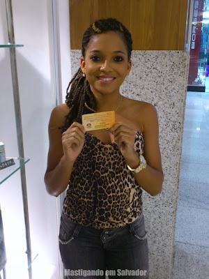 Alessandra Oliveira com o voucher da Cheiro de Pizza