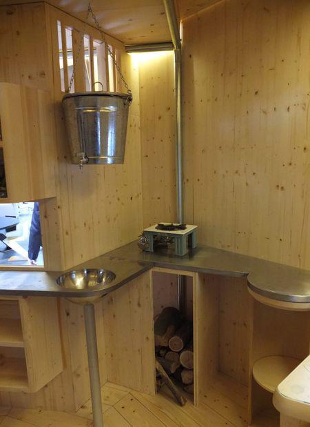 Spartanische Küche: Refuge Tonneau von Charlotte Perriand im Nachbau von Cassina