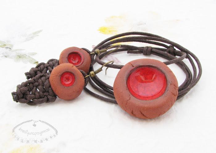 Ceramiczny komplet uformowany z brązowej gliny z czerwonym oczkiem 1