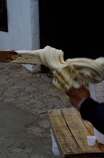 Elaborando melcocha con gelatina de pata y panela. Foto: Jorge Bela Kindelán