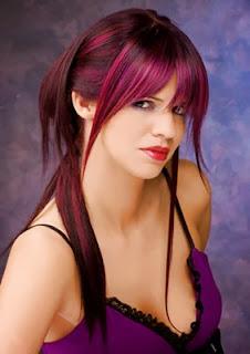 Mujer con el cabello tintado por elumen