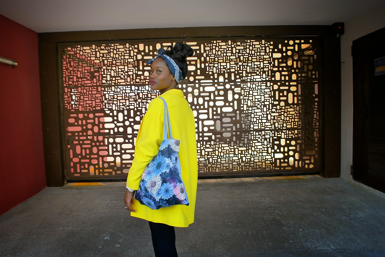 veste jaune primark, headband, tote bag fleurs bleues