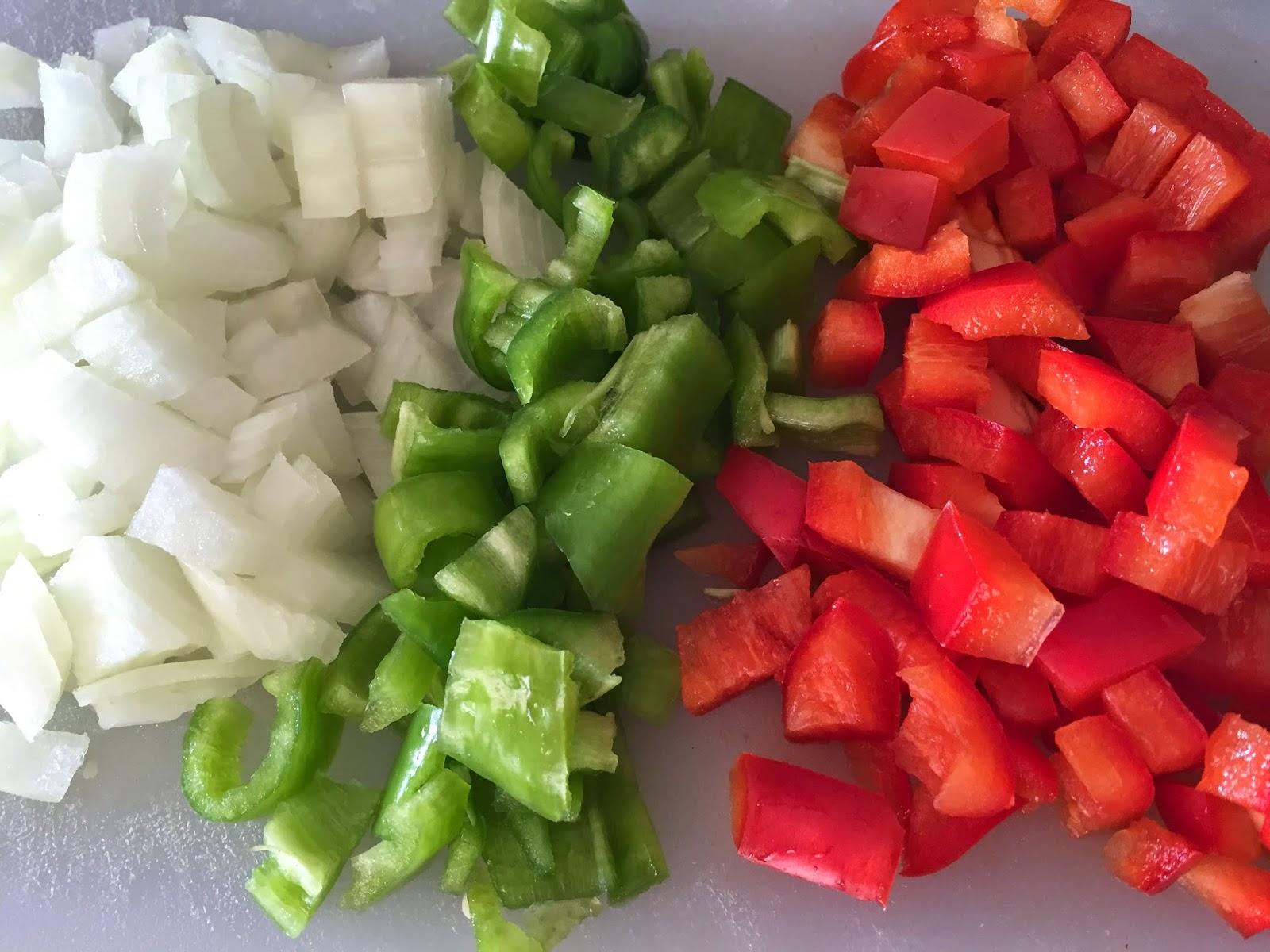 Espaguetis con verduras y salsa de soja, cebolla y pimientos troceados.