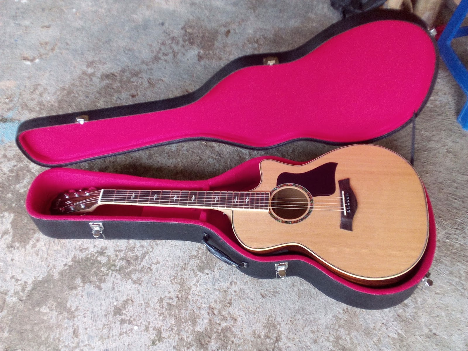 Gitar Akustik Elektrik Custome Model TAYLOR Dengan Bahan Back Side Body Menggunakan Rosewood