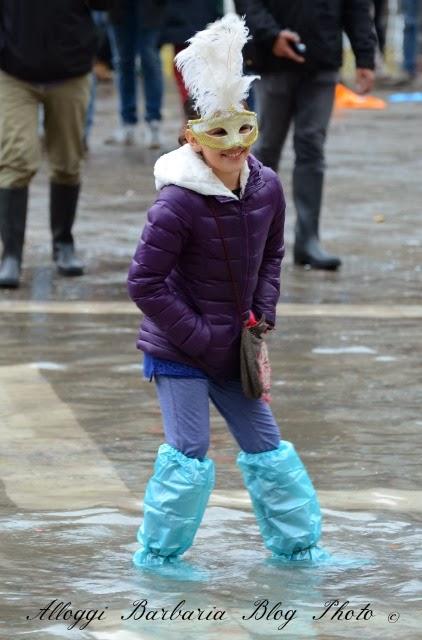 Venezia maschera in acqua alta