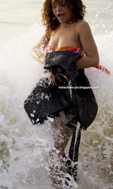 Rihanna_Hot_Spicy_Stills_in_Beach_0015