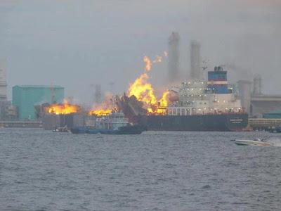 gambar Kapal Meletup Di Jeti Petronas Labuan 26/7/2012