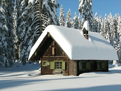 casa acoperita cu zapada