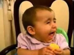 wajah ekspresi bayi makan jeruk