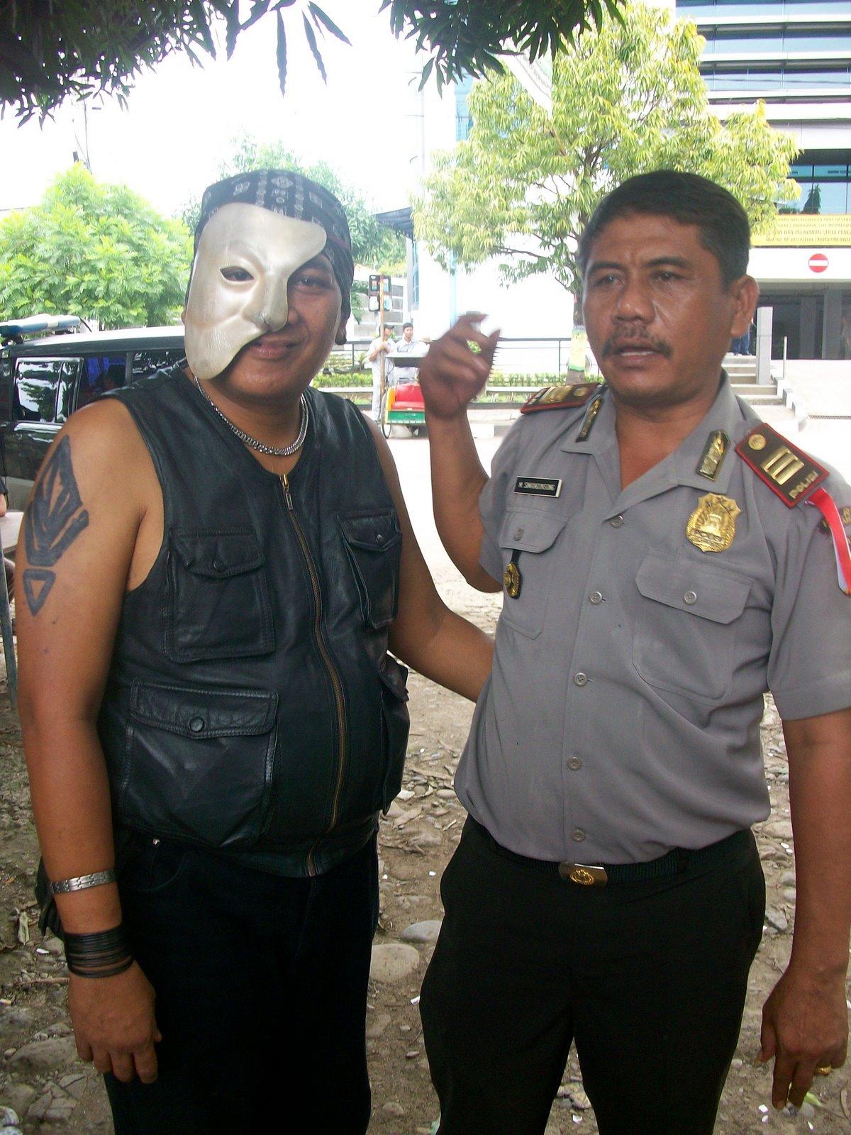 Bang_Napi_Arie_Broto_Berpose_Dengan_Polisi