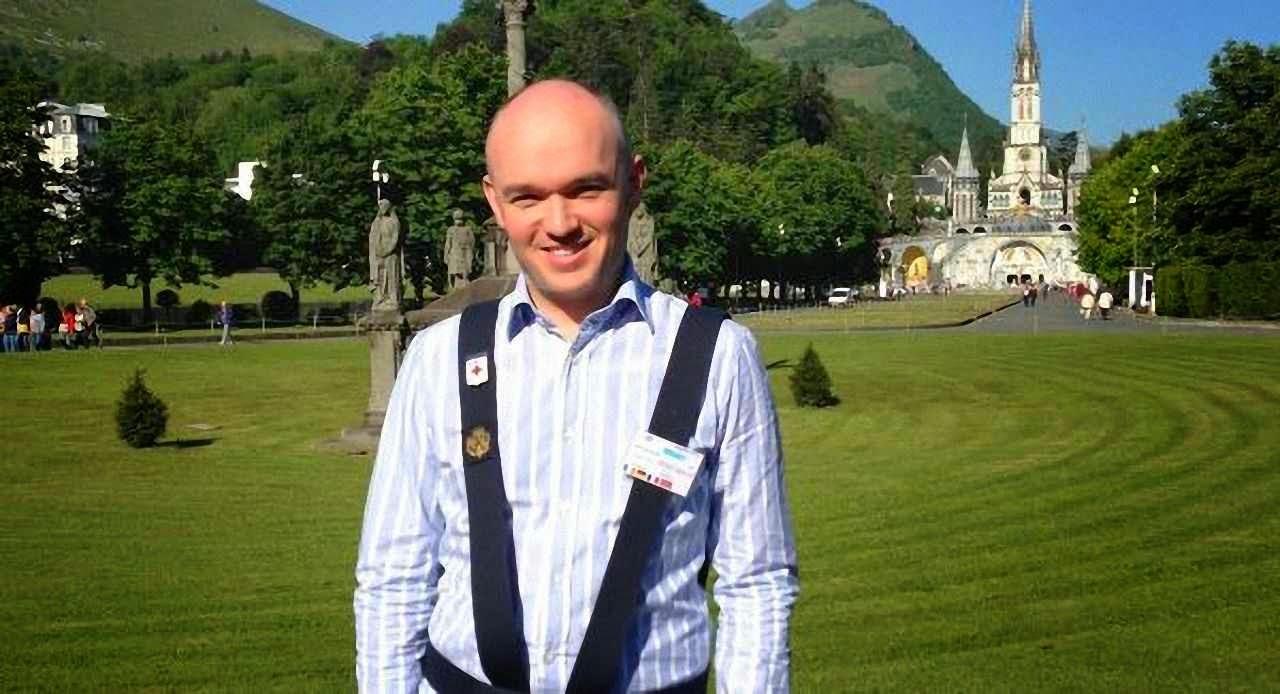 Dr Michael Moran, médico do Comité Internacional de Lourdes Na entrada do Santuário.
