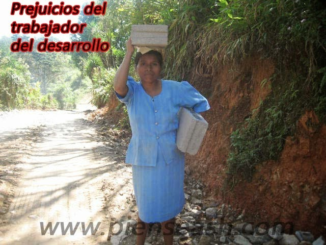 Mujer cargando bloques de construcción