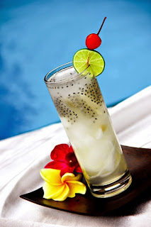 Kesegaran Minuman Es Kelapa Muda Bercampur Selasih