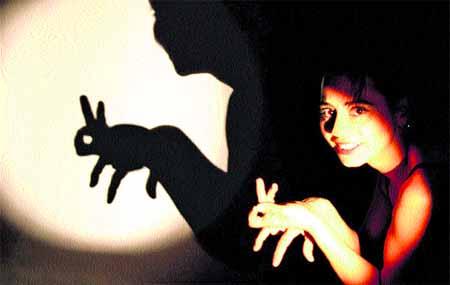 como hacer figuras con las manos, animales con siluetas de las manos en la oscuridad