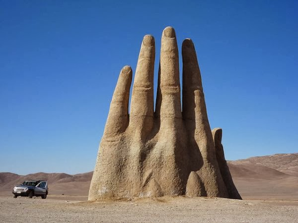 4 amazing hand shaped monuments for fum and interesting for Les monuments les plus connus
