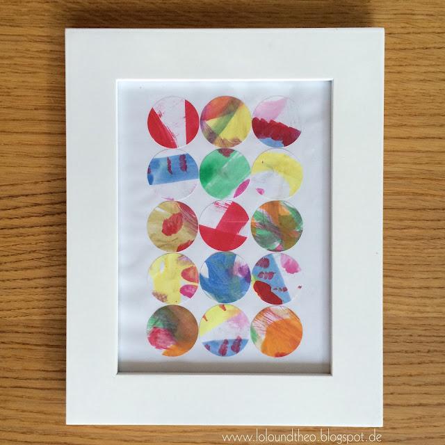 Wandbild / Kunstwerk im Rahmen / bemalte Kreise auf weißes Papier geklebt