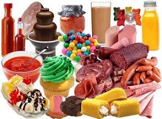 Quanto mais alimentos naturais, melhor. Quando a pessoa opta por ingerir alimentos industrializados, como embutidos, o corpo reclama. No começo, silenciosamente. Com a insistência na alimentação errada, aparece a hipertensão, os problemas renais e cardiovasculares. Isso acontece porque eles são carregados de conservantes nocivos à saúde, que podem causar inflamação que envelhecem o corpo e a pele. Reduzir o consumo de alimentos desse tipo é fundamental para a harmonia do corpo.