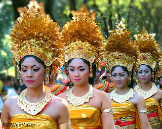 Opening Parade Girls in Balinese Traditional