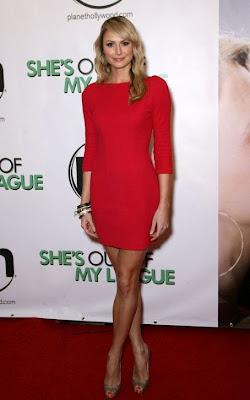 novia de george clooney en vestido rojo apretado