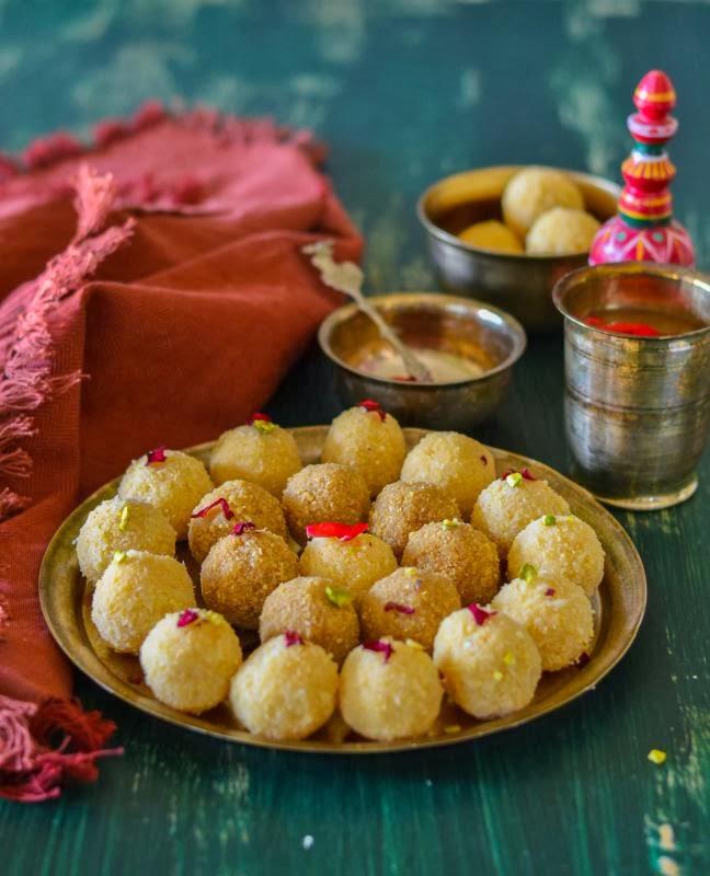 narkel naru / coconut ladoo / sweet coconut balls