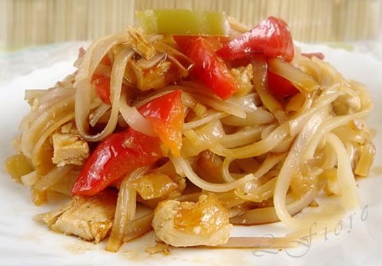 Салат с курицей, лапшой-фунчозой и овощами