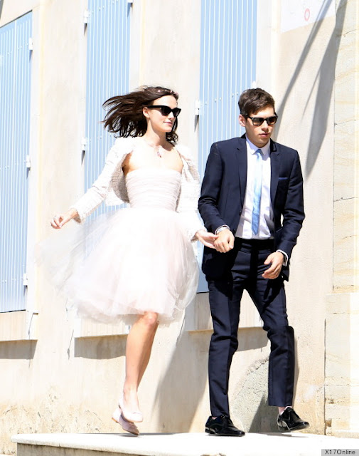 Love the casualness of Kiera Knightley's wedding dress