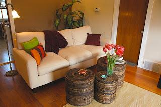 Interior ruang tamu dengan dekorasi tanaman