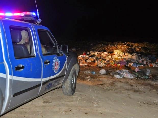 Um feto foi encontrado por catadores de lixo por volta das 23h30 de sexta-feira (26), em um lixão localizado na cidade de Itamaraju, a cerca de 750 km de Salvador. Segundo a polícia, o corpo do bebê foi levado para o Instituto Médico Legal (IML) da cidade. As circunstâncias e detalhes do crime ainda são desconhecidas. (Foto: Danuse Cunha / Itamaraju Notícias)