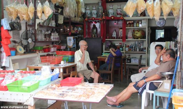 Esperando clientes en una tienda de Tai O