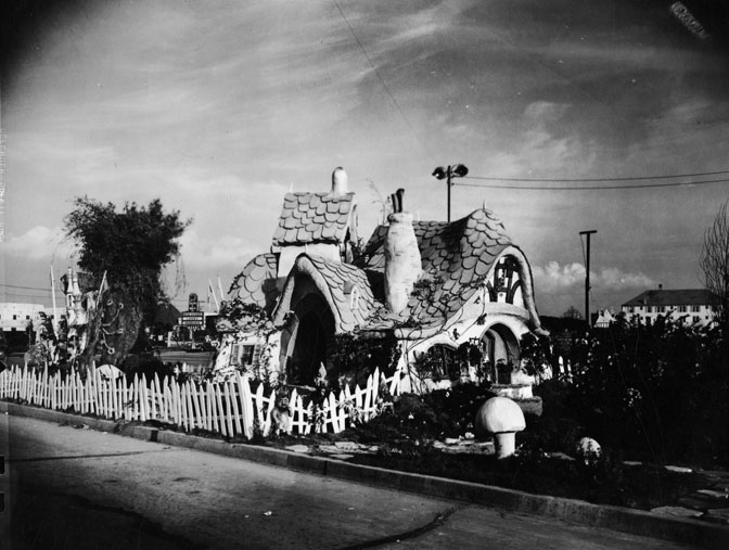 Filmic light snow white archive dwarfland at snow for Snow white cottages los angeles