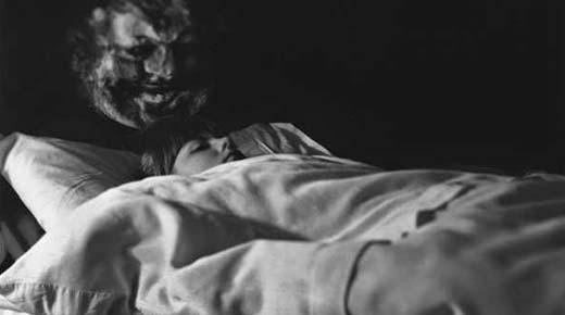 Hombre con parálisis del sueño capta la aparición de una Gente Sombra