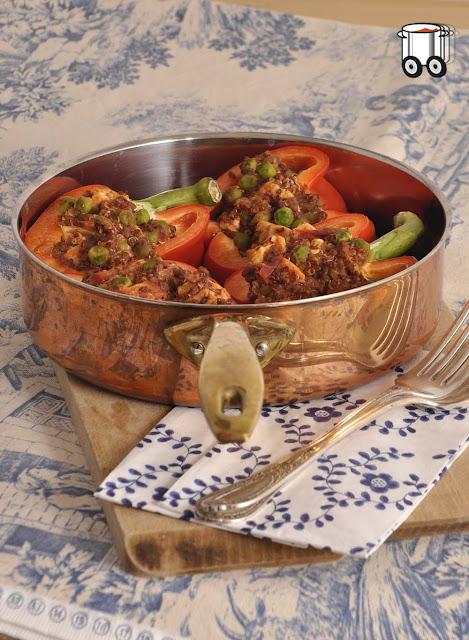 Szybko Tanio Smacznie - Papryka faszerowana kurczakiem, quinoa i groszkiem