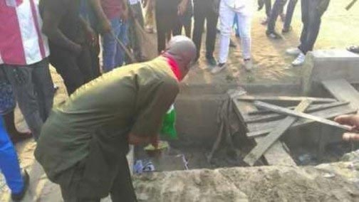 """OMG! Rivers State Youths """"Bury"""" PDP, Defect To APC (Photo)"""