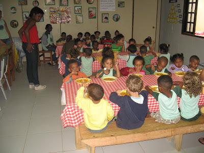Eine Mahlzeit im Kinderdorf