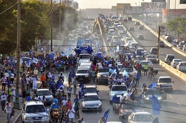 Miles participan en desfile del triunfo de los Tigres del Licey, la tarde de este jueves