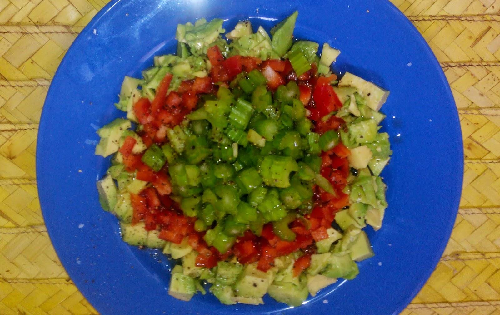 ensalada de pimiento, aguacate y apio