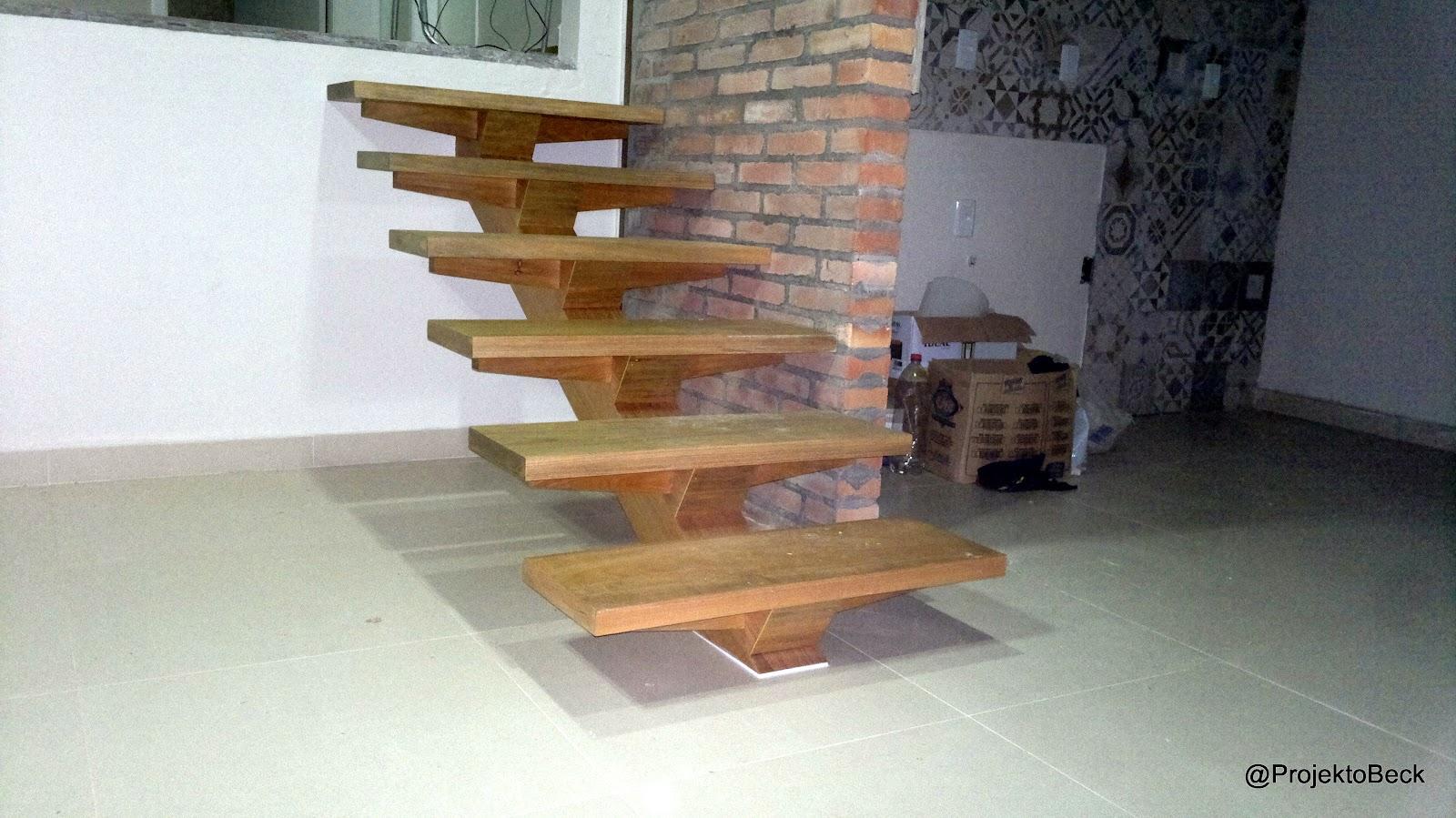 ocultas na madeira e fazem parecer que a escada está fixa como que  #694629 1600x899