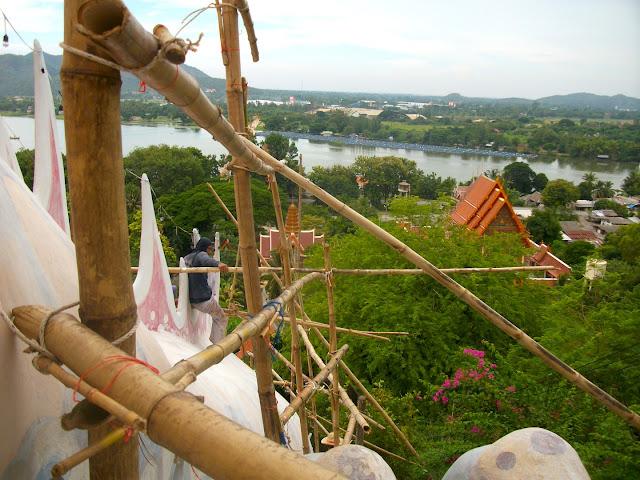 Travailleur Thai sur un échafaudage