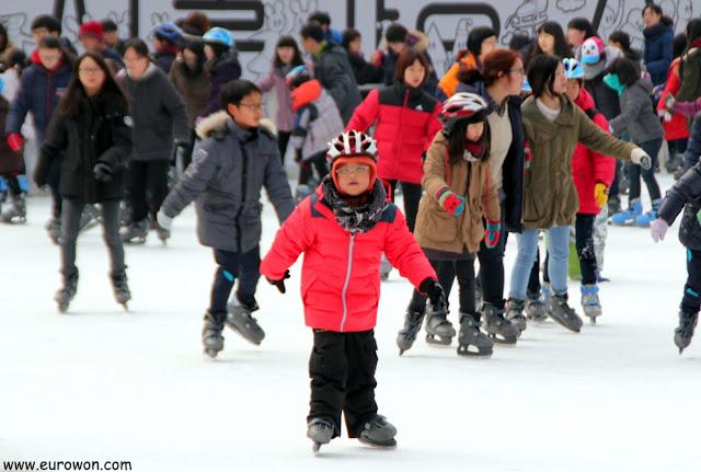Niño coreano patinando sobre hielo en Seúl