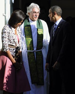 El presidente Barack Obama y la primera dama Michelle son despedidos por el reverendo Luis Leon luego de asistir a misa en Washington en octubre del 2011. Jonathan Ernst / Reuters / REUTERS
