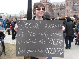 Marcha das Vadias (Slutwalk) em Toronto, Canadá - abuso sexual é o único crime em que a vítima se torna o acusado