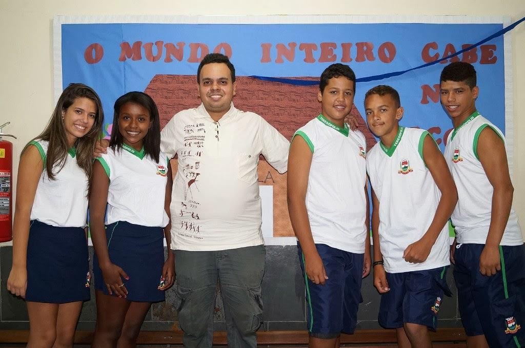 O diretor do Cedal, professor Filipe Viana Albani, posa ao lado de seus alunos com os novos uniformes