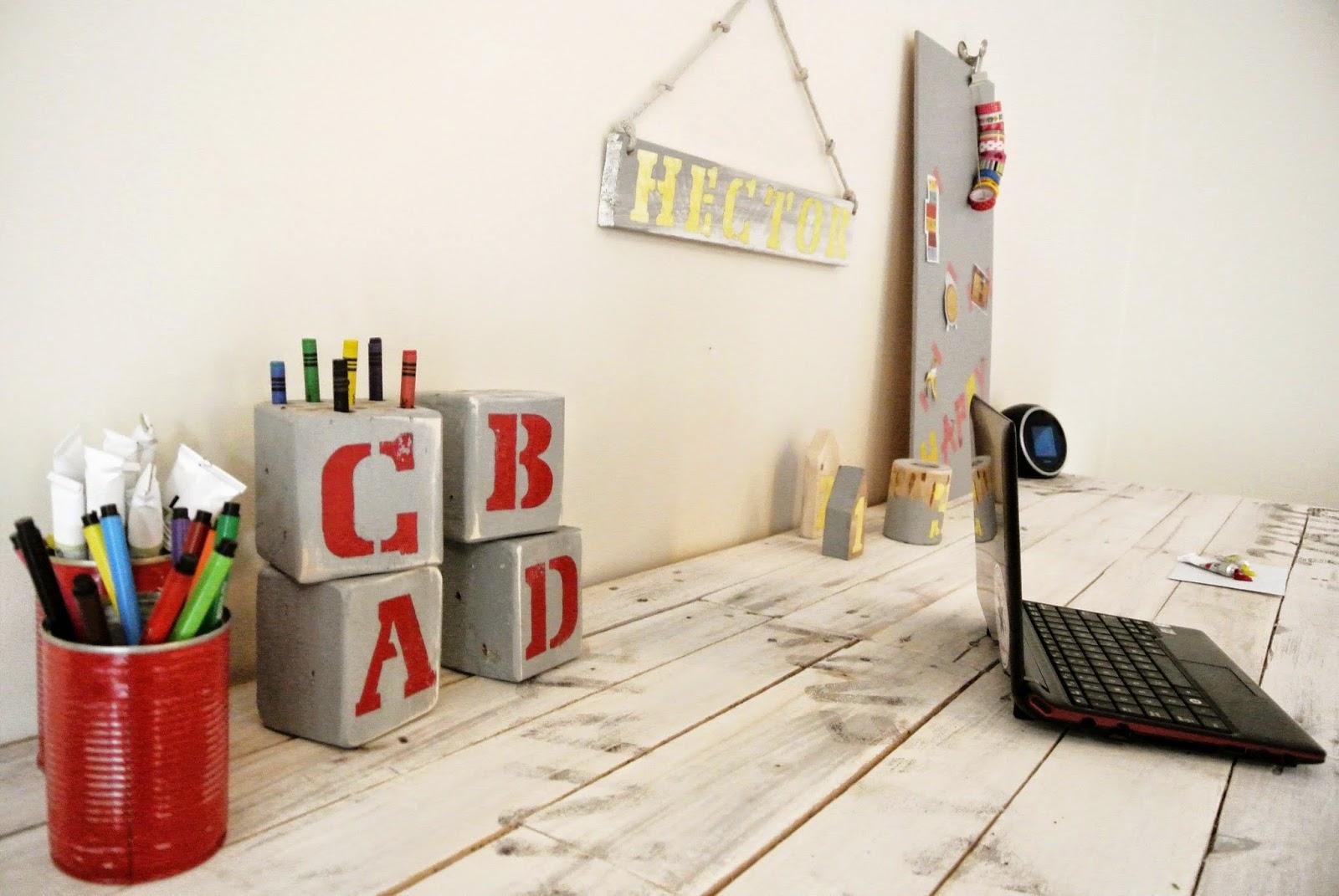 organiezer na biurko z palety,jak zrobić nbiurko z palet krok po kroku,transfer na drewnie,kolorowe litery malowane