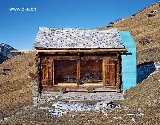 Arquitectura de casas: cabaña alpina moderna y rústica en suiza.