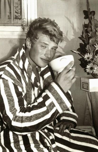 Johnny Hallyday tenant un bol de petit déjeuner