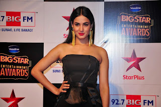 Sonal Chauhan looks So cute in Black Gown at BIG STAR AWARDS 2014 with Salman Khan
