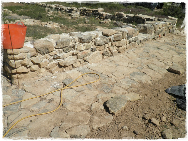 Elcobijoarquitecturas construcci n con la t cnica del cob voluntariado en arens de lled - Como hacer muros de piedra ...