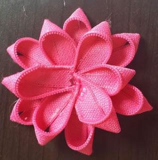 membentuk bunga dari 12 potongan resleting