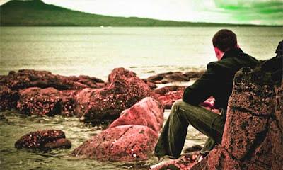 hombre solo mirando al mar pensativo