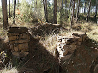 Restes de construccions de pedra seca a prop de la carretera de Súria